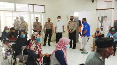 Tetap Ikuti Protokol Kesehatan, Warga Kelurahan Selembaran Jaya Ambil Bansos
