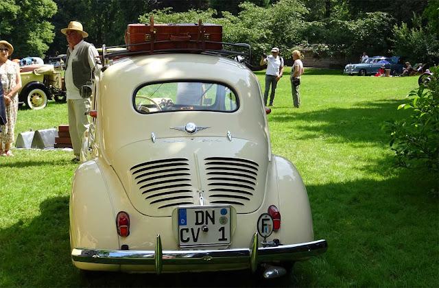 Cremefarbener Renault 4 CV von hinten auf Schloss Merode