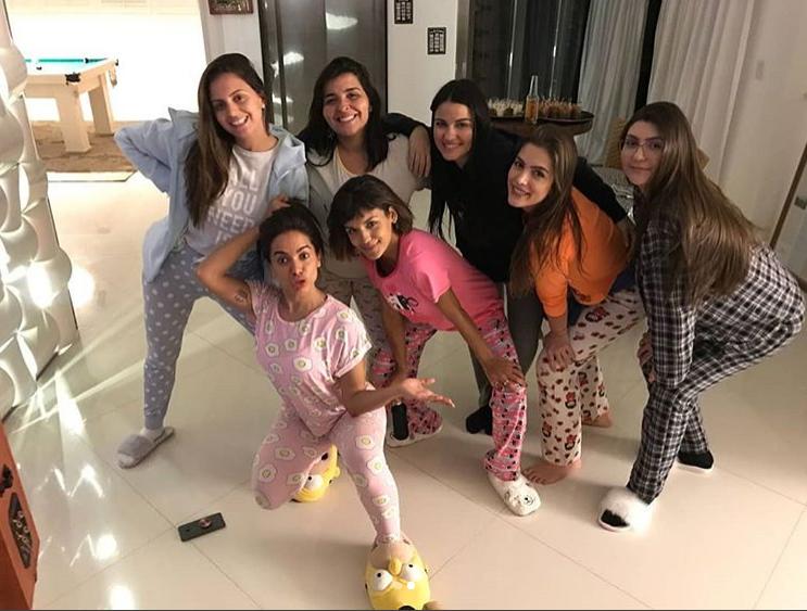 Anitta aproveita único dia de folga e faz festa do pijama com a presença de ex-RBD famosa