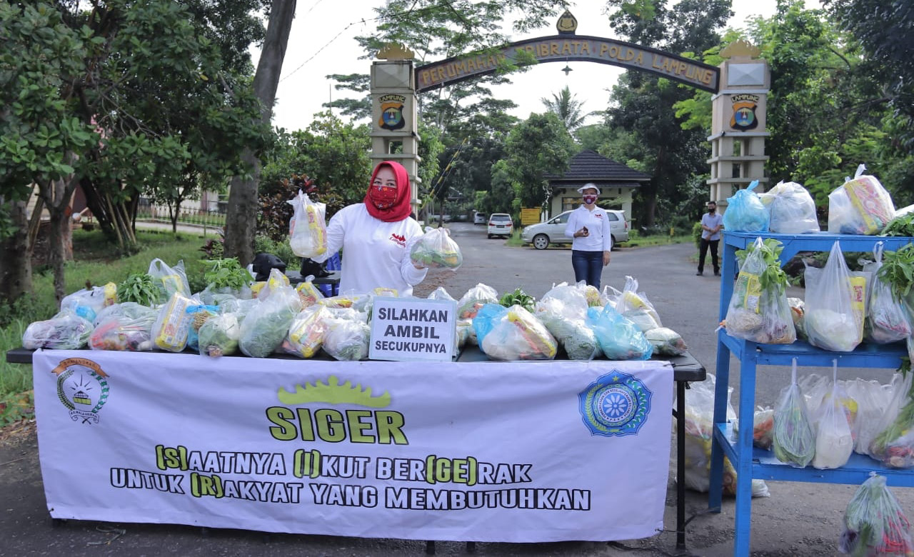 Gelar SIGER Serentak, Waka Bhayangkari Polda Lampung Berbagi Paket Sembako