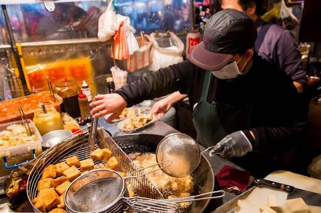 Chợ đêm RuiFeng (Thụy Phong) được xem là chợ đêm sầm uất bậc nhất Cao Hùng cũng như cả miền Nam Đài Loan với số lượng lên đến 1000 sạp hàng các thể loại món ăn. Du khách tốt nhất nên để bụng đói khi đến đây và nhớ đi cùng với đám cạ cứng để cùng nhau chia sẻ đồ ăn.
