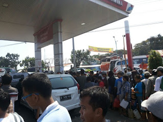 Ketika SPBU diserbu warga dan kendaraan, oknum jual 20 ribu/liter