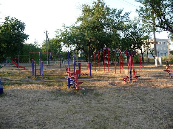 Авдеевка. Детская площадка возле школы № 1