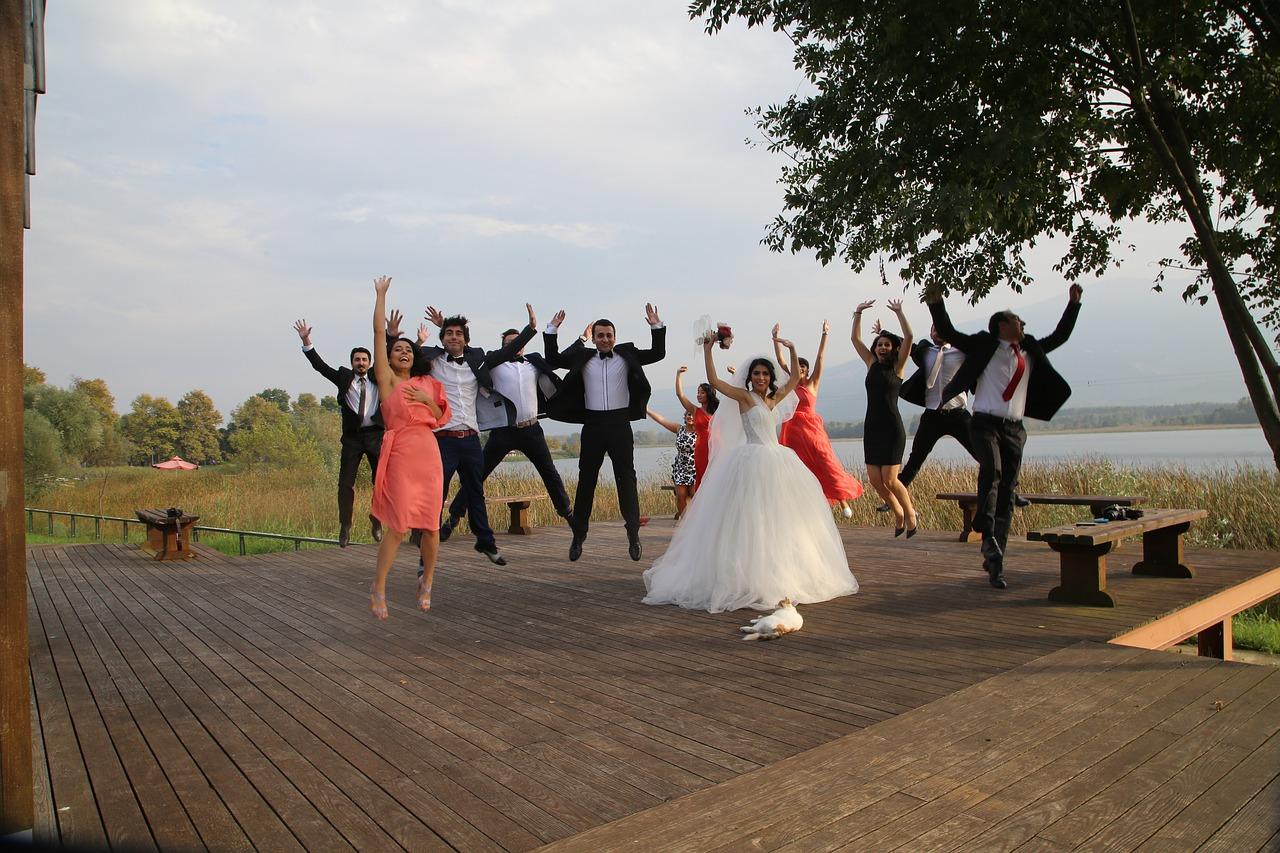 Czy można założyć spodnie na wesele? Co ubrać latem na wesele?