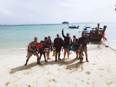 Foto van duikers op het strand van Koh Lipe