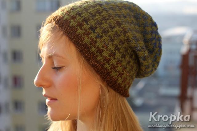 Wełniana czapka, wykonana ręcznie na drutach z wełny w kolorach ziemi.
