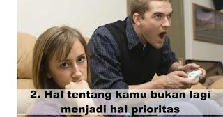 Hal tentang kamu bukan lagi menjadi hal prioritas merupakan salah satu Gejala kalau pasanganmu tidak cinta lagi