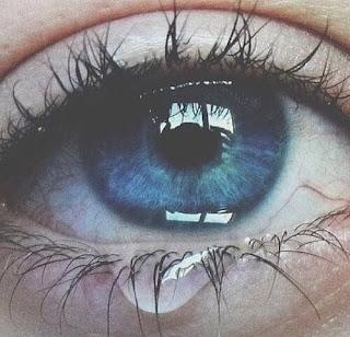 صور عيون زرقاء حزينة وتبكي دموع مجروحة