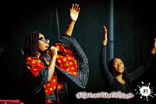 ASA, la nueva diva del soul, ofreció un concierto brillante y optimista sobre la escena principal del Bout du Monde.