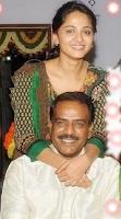 Foto Anushka Shetty dengan Ayahnya