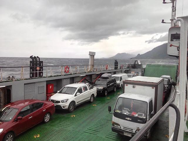Ferry en el Estuario o Fiordo Reloncaví, Chile