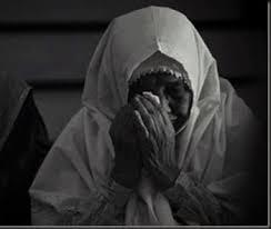 "Seseorang datang kepada Rasulullah shalallahu 'alaihi wasallam dan berkata, 'Wahai Rasulullah, kepada siapakah aku harus berbakti pertama kali?' Nabi shalallaahu 'alaihi wasallam menjawab, 'Ibumu!' Dan orang tersebut kembali bertanya, 'Kemudian siapa lagi?' Nabi shalallaahu 'alaihi wasallam menjawab, 'Ibumu!' Orang tersebut bertanya kembali, 'Kemudian siapa lagi?' Beliau menjawab, 'Ibumu.' Orang tersebut bertanya kembali, 'Kemudian siapa lagi,' Nabi shalallahu 'alaihi wasallam menjawab, 'Kemudian ayahmu."" (HR. Al Bukhari)."