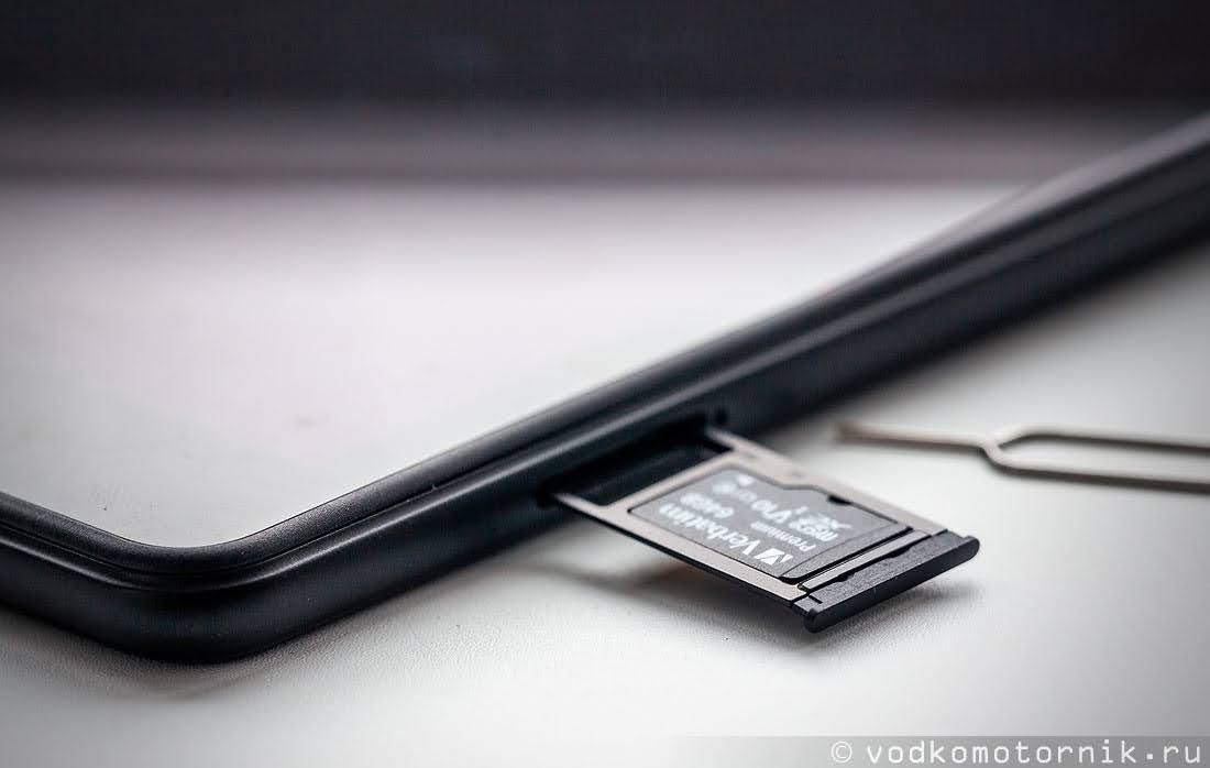 Единственный слот Samsung Galaxy Tab A 8 - универсальный для всего плоского
