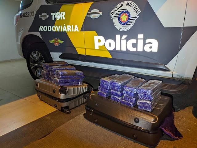 Polícia Rodoviária localiza 31 kg de maconha em ônibus e prende passageiros por tráfico