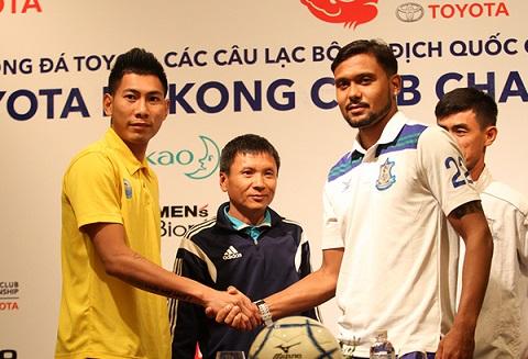 Cầu thủ Tuấn Mạnh(trái) đánh giá cao tinh thần thi đấu của đối thủ