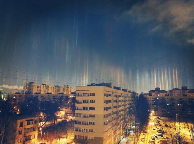 Incredibili colonne di luce nel cielo di San Pietroburgo in Russia FOTO.
