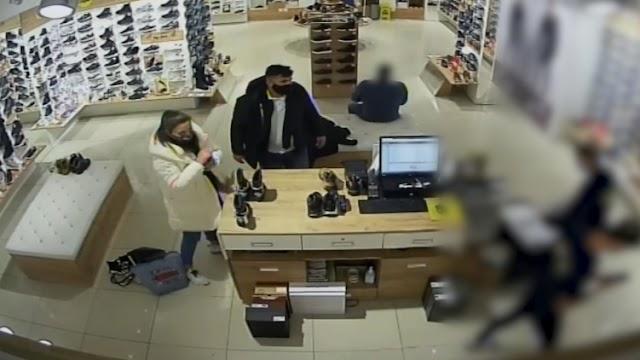 Belvárosi üzletből loptak cipőket a trükkös tolvajok - videó