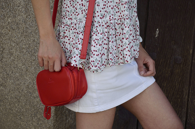 look-verano-mini-falda-top-volantes-summer-outfit-trends-gallery-blogger-cerezas-cherries