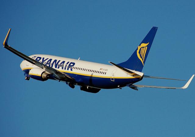 Ryanair B737-800 (c) Adrian Pingstone