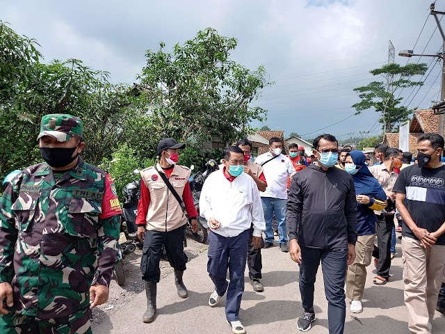 Tinjau Bencana Tanah Longsor, Memo Ajak Warga  Cilawu-Garut Lakukan Penghijauan