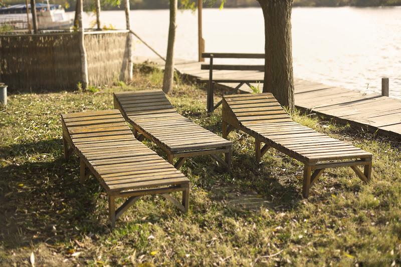 деревянные лежаки на берегу