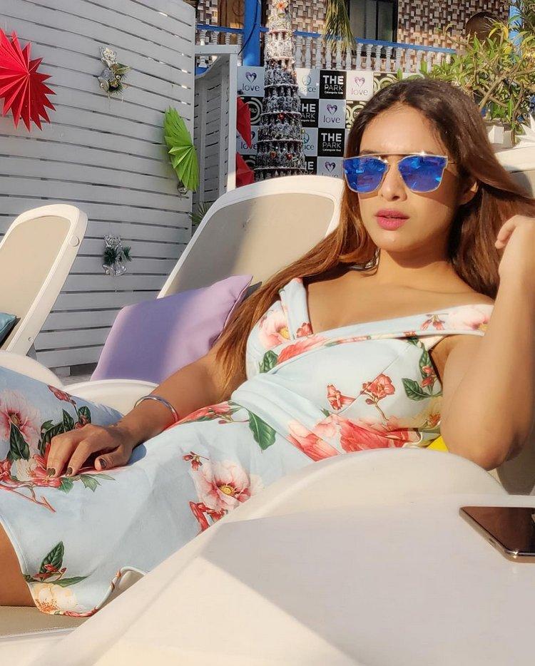 Neha-Malik-Hot-Cleavage-Pics-2