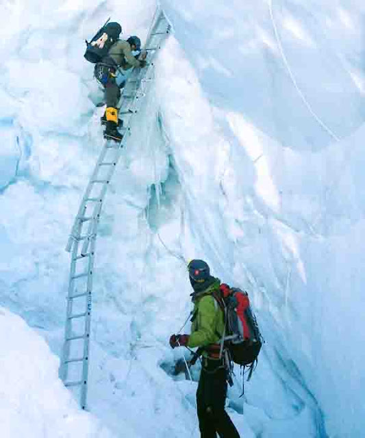 sherpa helpful in climbing expedition