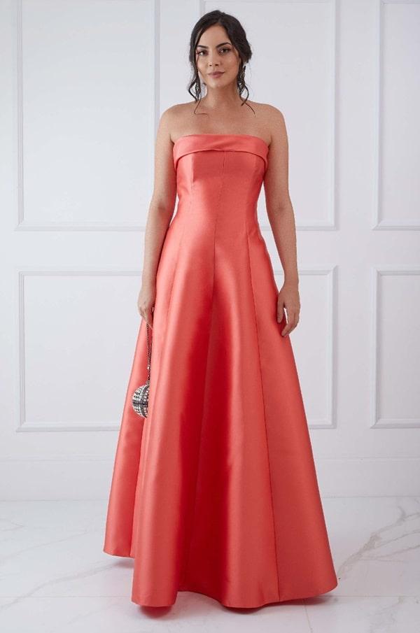 Vestido longo coral estilo princesa com decote tomara que caia
