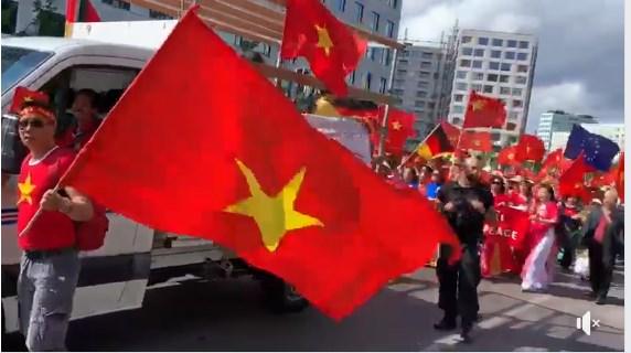 Người Việt ở Đức biểu tình phản đối Trung Quốc