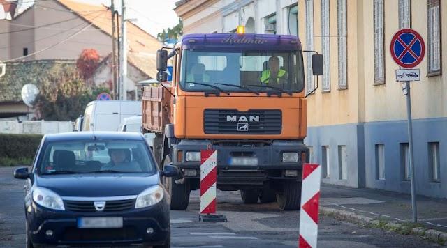 Átszabja a közlekedést a közelgő ünnep és a városban folyó munkálatok