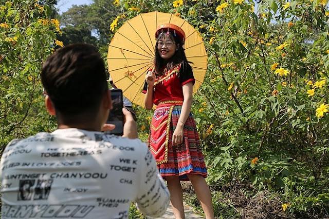 """Giới trẻ Hà Thành rủ nhau đi """"check-in"""" với hoa dã quỳ 5"""