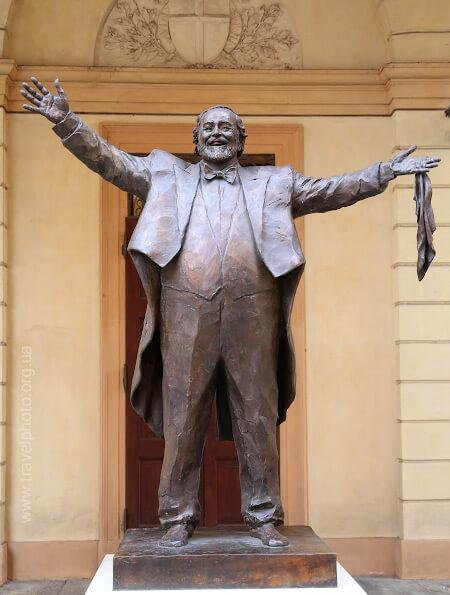 Статуя Лучано Паваротти в Модене