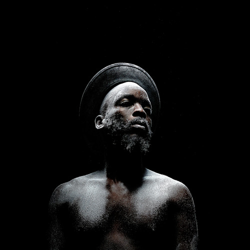 Proyecto Metamorphosis (2015) por Mohau Modisakeng | hombre y polvo en claroscuro | bonitas fotos cool