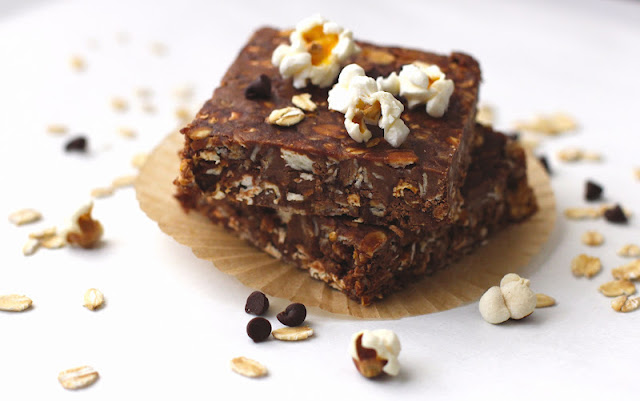 This no-bake Healthy Peanut Butter Chocolate Popcorn Fudge is soft, chewy, AND crunchy. You'd never know it's sugar free, high protein, and gluten free too! -- Desserts With Benefits Blog