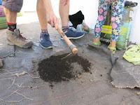 Mezclando tierra para el maceto huerto de la GFS Benarrabá Serranía Ronda