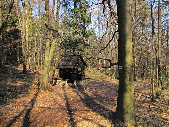Drewniany schron turystyczny przy szlaku
