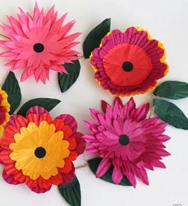 http://translate.google.es/translate?hl=es&sl=en&tl=es&u=http%3A%2F%2Fwww.thecrafttrain.com%2F1%2Fpost%2F2013%2F10%2Fcupcake-case-flower-garland.html