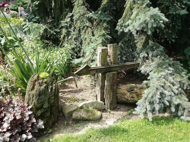 drewniane ozdoby ogrodowe, rzeźba w ogrodzie
