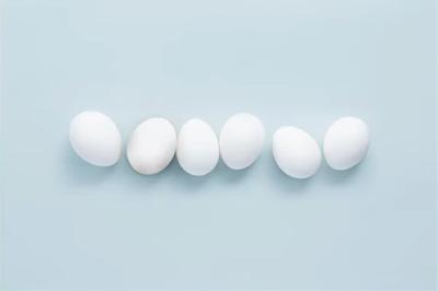 بيض أبيض يتراصف بجانب بعضه