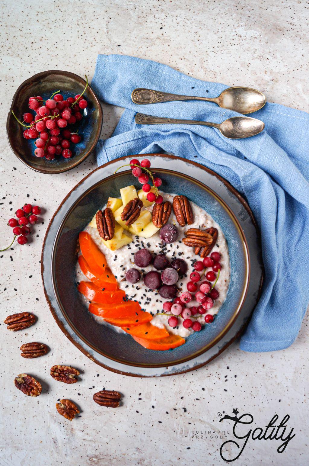 miska-platkow-z-mlekiem-i-owocami