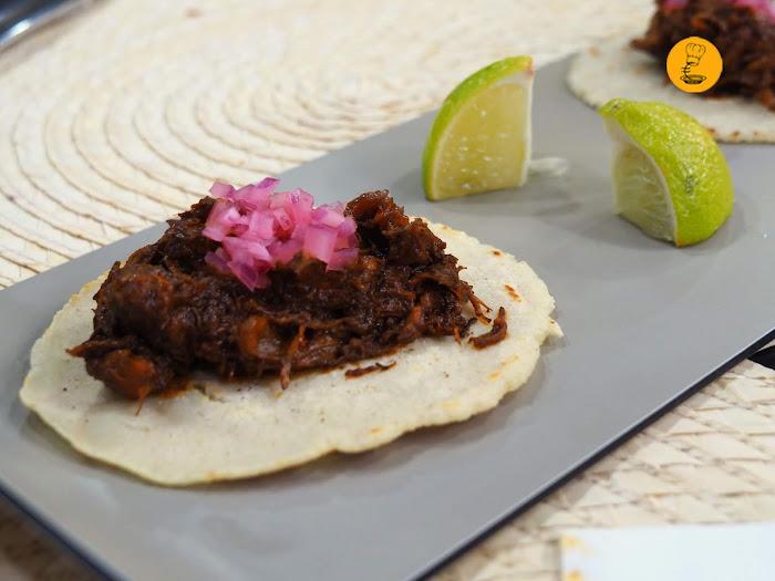 Tacos de ternera desmechada en recado negro Tres por Cuatro Madrid