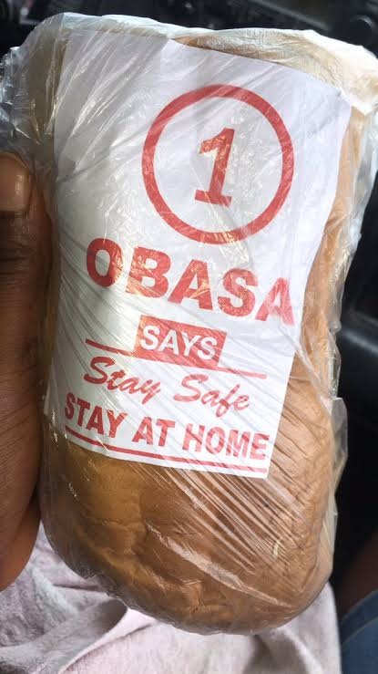 See How Angry Youths Turn Obasa Bread into Football  In Lagos (VIDEO)