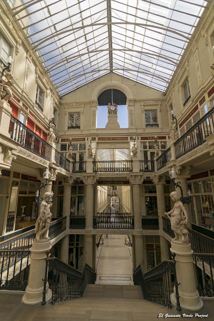 Pasaje Pommeraye, detalle escalera central - Nantes, Francia por El Guisante Verde Project
