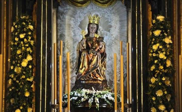 La Virgen de la Victoria preside el altar mayor de la Catedral de Málaga en el baldaquino