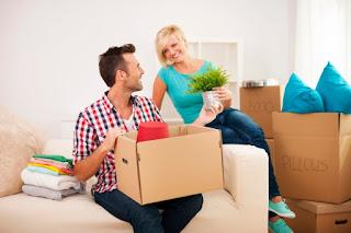 casal conversando feliz sobre organização da casa