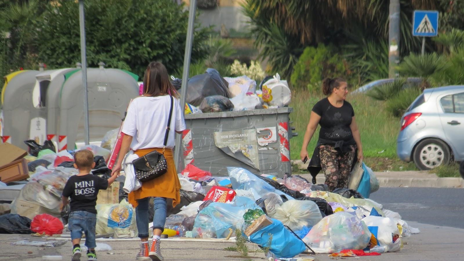 Cittadini evitano le discariche a Scampia