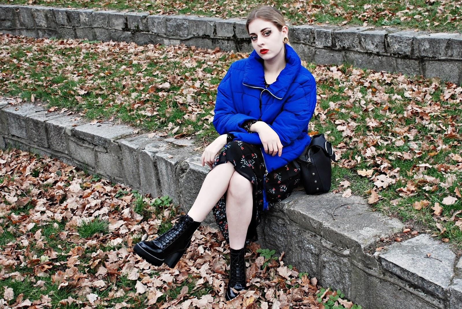 Treść tego postu nie narusza netykiety blogosfery! Modne kolory na jesień zima 2018, kolor niebieski, z czym łączyć niebieski, niebieska puchówka, puchówka, midi sukienka, sukienka w kwiaty, botki na słupku, wiązane botki, wiązane botki na słupku, kolory pantone, modne kolory,  kolory jesień 2018, kolory 2018, jesien 2018