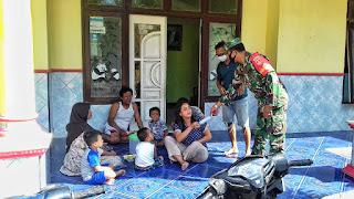 Babinsa Koramil 10/Karimunjawa, Kodim 0719 Jepara Sertu Supriyanto ketika memberikan imbuan kepada masyarakat terkait  pencegahan covid-19