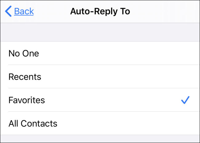 """حدد الرد التلقائي على المستلمين في إعدادات """"عدم الإزعاج"""" على iPhone."""
