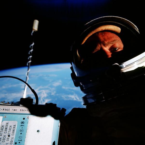Buzz Aldrin ricorda al mondo che è stato lui a scattare il primo selfie spaziale della storia